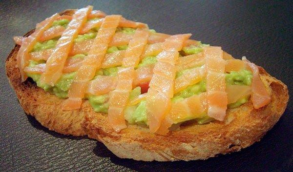 tosta-de-salmon-ahumado-con-aguacate